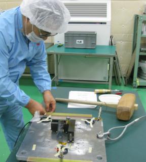 Подготовка к механическим ударным испытаниям сканирующего устройства прибора МСАСИ в Японии
